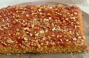 Orientalischer Grießkuchen mit Granatapfel