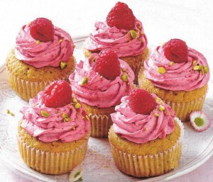 Pistazien Cupcakes mit Himbeer Mascarpone Topping