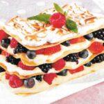 Crepes mit süßen Beeren und Vanillecreme