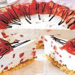 Süße Erdbeeren auf Mandelbiskuit